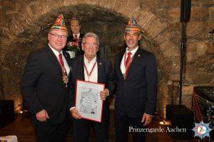 Hans Simons mit dem Vereinszeichen in Gold für 40-jährige Mitgliedschaft ausgezeichnet
